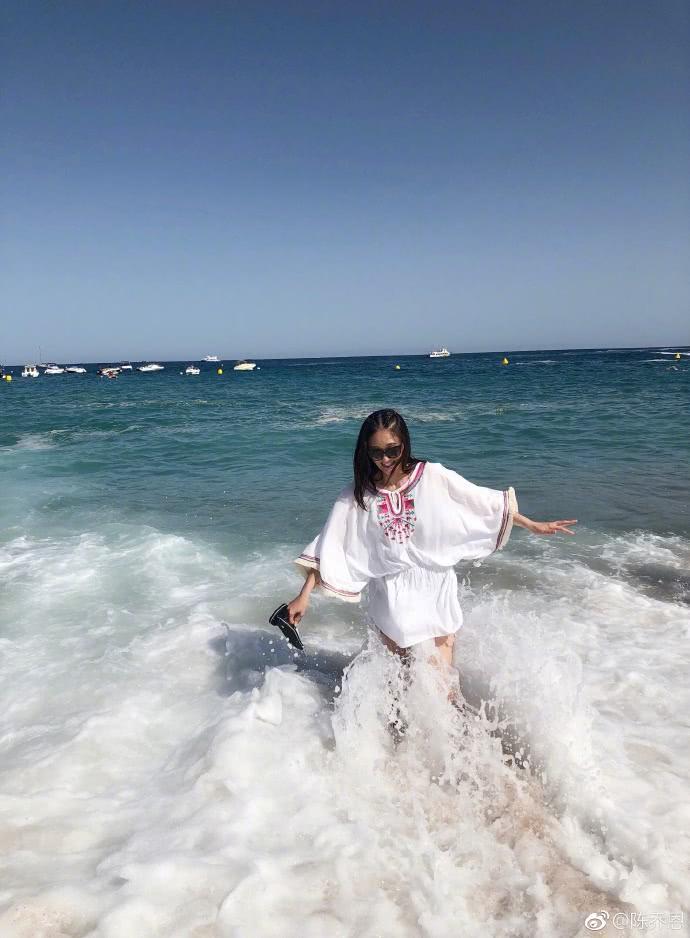 陈乔恩化身美人鱼海边戏水,被浪打到时她的表情真的亮了