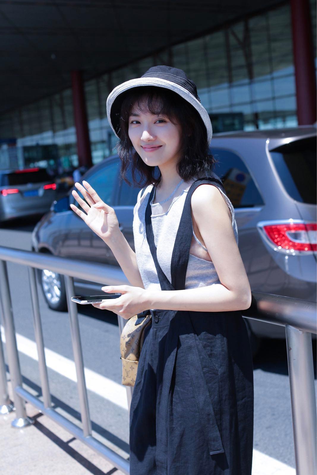 菅纫姿机场照如时尚大片 空气刘海少女感满满