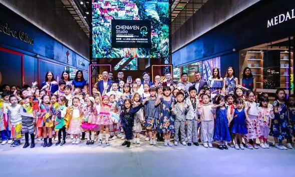 """上海秀场""""童装课""""奏响《国际歌》,大师领衔儿童时尚新风貌"""