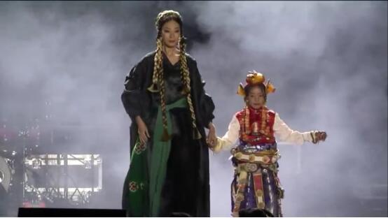 AJ-NAMO民族时尚秀邂逅云端石渠演唱会 阿佳娜姆携团队压轴出彩