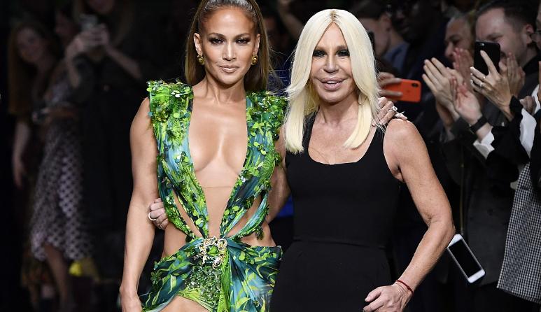 "Versace在米兰时装周重现20年前的""丛林印花裙"",为何背后推手"