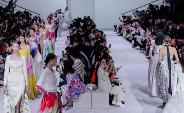 "MING MA联合天丝(TM)品牌纤维,""纤""知可持续时尚"