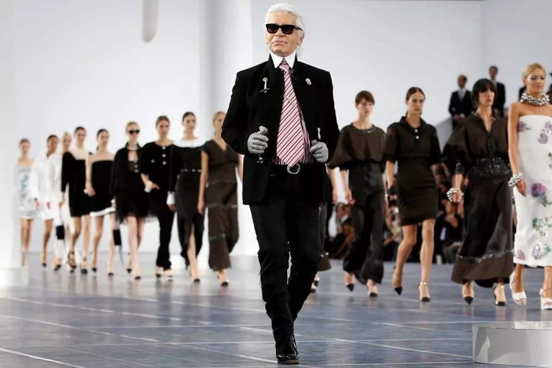 创意独具内涵的时尚秘语――时装发布会的设计师行为设计