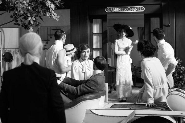 老佛爷在拍摄Chanel短片的现场 图片来自品牌