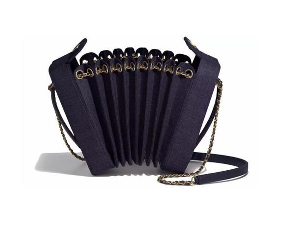 Chanel羊毛呢手风琴包 官网价格47600RMB 图片来自品牌