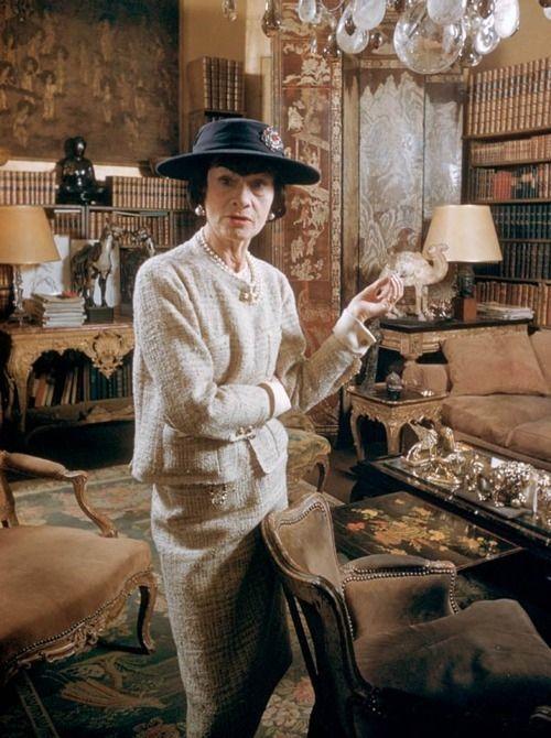 """Chanel身穿晚年设计的""""小香外套"""" 图片来自品牌"""