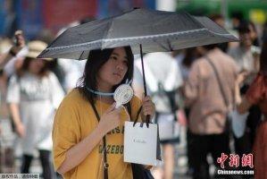 """日本高温天气将持续 女性出街自带解暑""""神器"""""""