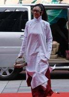 """杨丽萍拎""""菜篮子""""时尚包包被吐槽,如今却成为夏季最流行的单品"""
