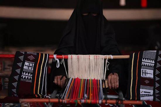 "Al-Sadu 手工编织,使用的手工编织设备由木头制成,当地人称之 为""Nool""标题"