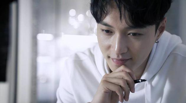 """张艺兴演绎Valentino七夕限定系列"""" Be my VLTN""""-七夕情人节 破财"""