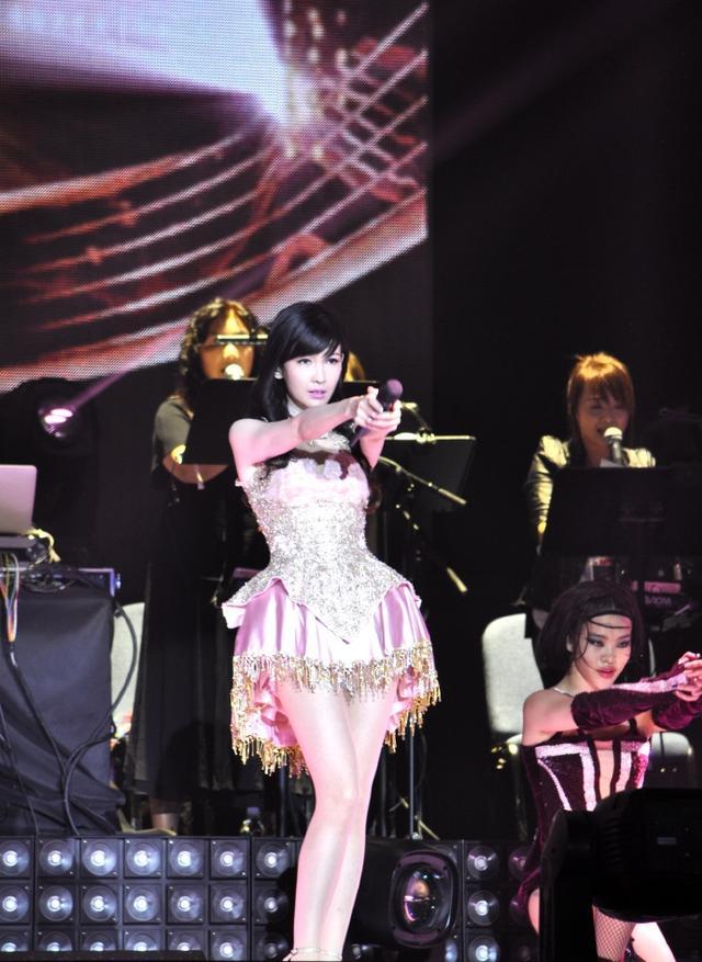 51岁周慧敏演唱会太惊人,私服穿的更少女,简直不给年轻人留活路