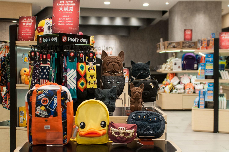 香港・设计廊店内展示不同的香港创意设计产品