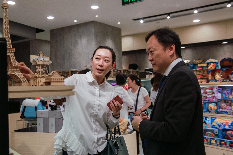 出席嘉宾和媒体一同参观香港・设计廊北京店