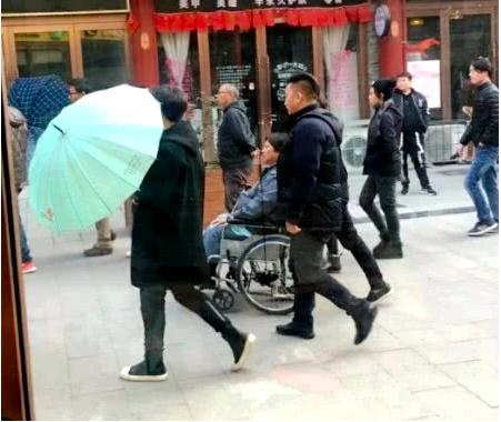 67岁洪金宝近况惹人担忧,儿媳担心痛哭:他抱不动孙子