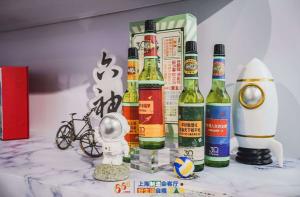 """六神登陆上海""""五五购物节"""" 三十周年限量版花露水引关注"""