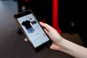 """科技巨头扎堆打造的""""AI搭配师"""",能否拯救疫情下的服"""